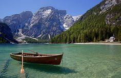 Eis um dos mais belos lagos das Dolomitas! http://www.italydolomites.com/hikes/braies-lake/  #dolomitas #italia #destinos #instatravel