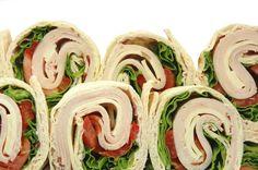 Fáciles, ricos y a la moda los wraps de queso y vegetales son Ideales para organizar una cita sorpresa, una divertida cena para la familia o, incluso, un aperitivo de media tarde. Simplemente hay que juntar los ingredientes, freír y enrollar. Simple y extremadamente práctico. Los fam
