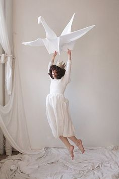 I think this photo is interesting and creative. I like how the reason she is flying is that she is holding onto an enlarged paper crane. It shows both levitation and also things being enlarged. Levitation Photography, Surrealism Photography, Creative Photography, Art Photography, Exposure Photography, Photography Tricks, Flying Photography, Cs6 Photoshop, Photoshop Elements