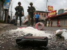 2013 - Zamboanga, Filipinas, 11 de septiembre de 2013 - Un arma, que llevaba oculta en un saco de arroz  un insurgente del Frente Moro de la Liberación Nacional, quedó tirada en el suelo después de que capturaran al rebelde en un punto de control militar en el centro de Zamboanga.