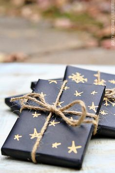 50 Unique Christmas Gift Wrapping: DIY Ideas - Karluci Get in the holiday spirit! As you're buying gifts, add a personal touch with Unique 50 Christmas gift wrapping ideas! Upcycled Kraft Paper Gift Wrapping Id Creative Gift Wrapping, Present Wrapping, Creative Gifts, Diy Gift Wrapping Paper, Wrapping Papers, Unique Christmas Gifts, Christmas Gift Wrapping, Holiday Gifts, Birthday Gift Wrapping