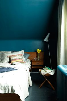 teal blue bedroom, peacock blue walls, sherwin williams marea baja, blue-green, green-blue, dark bedrooms