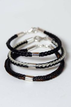 Verschiedene Pferdehaararmbänder mit Silberhülse.