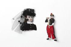 MARIANNE BATLLE作:エドゥアール・マネの「笛を吹く少年」とオーギュスト・ルノワールの「ダラス夫人」をイメージしたブローチ各¥20,000