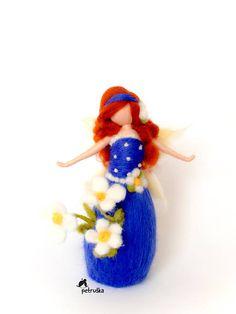 Blumen-Fee Petriška in blau Ich liebe Frühling. Es war eine große Inspiration für meine neue Frühjahrs-Kollektion-Blume Feen, die ein Symbol der Schönheit, Hoffnung, Kraft und Freude sind. Diese Fee Blau fing an Bloosom und zeigt sie nur Freude, Kraft, Freiheit und Hoffnung. Sie ist ca. 18cm groß (7 Zoll). Vielen Dank für Ihren Besuch in meinem Shop, sind Sie herzlich eingeladen, meine anderen Produkte in meiner Broschüre finden Sie unter: https://issuu.com/petruka5/...