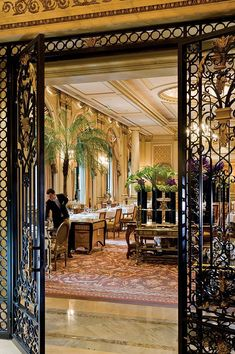 With a beautiful view of the hotel courtyard Le Cinq, two Michelin stars restaurant is an exquisite space. The tablecloths, china and silverware were created specifically for this legendary hotel. Classic Restaurant, Luxury Restaurant, Restaurant Lighting, Restaurant Design, Restaurant Mallorca, Beautiful Hotels, Beautiful Places, Le Roch Hotel, Post Hotel