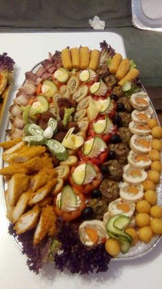 Platouri festive Finger Food Appetizers, Appetizers For Party, Finger Foods, Appetizer Recipes, Party Platters, Appetisers, Healthy Salad Recipes, Cute Food, Catering