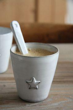 tasse à café originale blanche avec une etoile comme decoration