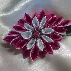 Barette avec fleur  faite en ruban de satin blanc et fuschia  avec un joli coeur acier avec une jolie