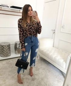 Jeans destroyed: a tendência que eleva o look casual - Guita Moda Stylish Summer Outfits, Basic Outfits, Casual Outfits, Fall Outfits, Looks Camisa Jeans, Looks Jeans, Animal Print Jeans, Smart Casual Women, Leopard Print Outfits