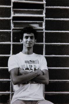 1957-Leonilson artista plastico - José Leonilson Bezerra Dias (Fortaleza,1 de março de 1957— São Paulo,28 de maio de 1993) foi um pintor, desenhista e escultor brasileiro.  Em 1961 mudou-se com a família para São Paulo. Entre 1977 e 1980 cursou educação artística na Fundação Armando Álvares Penteado (FAAP), onde foi aluno de Julio Plaza (1938-2003), Nelson Leirner (1932) e Regina Silveira (1939).Pesquisa Google