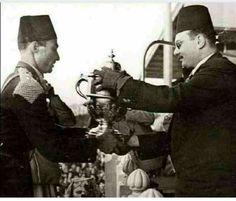 الملك فاروق يهدى الفارس احمد مظهر كأس بطولة الفروسيه ١٩٤٣