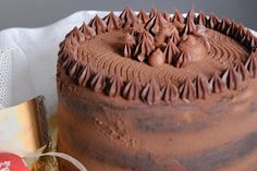 La torta al cioccolato con ganache fondente al Philadelphia è un dolce estremamente buono e goloso ma anche molto bello da vedere. Ecco la ricetta ed alcuni consigli utili