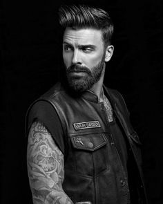 A classic style lasts forever. Barba Sexy, Sexy Tattooed Men, Ferrari, American Crew, Sexy Beard, Hipster Man, Beard Tattoo, Poses, Attractive Men