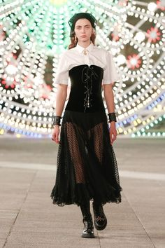 Christian Dior Resort 2021 collection, runway looks, beauty, models, and reviews. Dior Fashion, Fashion Week, Runway Fashion, Fashion Brands, Spring Fashion, Fashion Show, Womens Fashion, Fashion Design, Moda Punk Rock