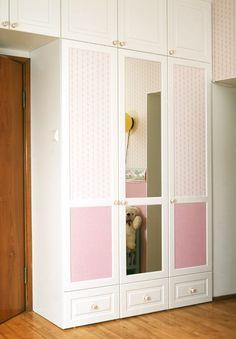 Oven tapetointeja näkee enää harvemmin uusissa kaapinovissa. Huomaa tyyliin sopivat ruusunupit!