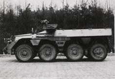 Linker zijaanzicht van de DAF YP 408 PWI-S-Gr. Het voertuig werd gebruikt voor het vervoer van infanteristen onder pantser. In gebruik bij de Landmacht in verschillende varianten in de periode 1964-1990 (circa).