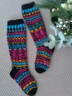 Lankaa puikoissa: Ilotulitus villasukassa! Sock Knitting, Wool Socks, Handicraft, Mittens, Diy And Crafts, Knit Crochet, Slippers, Hats, Tricot