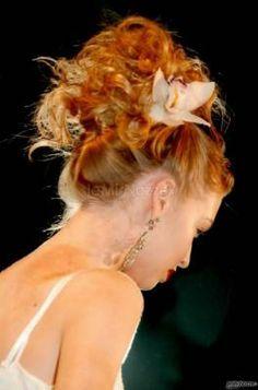 Caletti raccolti in alto con un grazioso fermaglio a fiore ... bellissima!