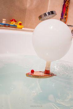 Génial ! Un bateau à propulsion qui avance tout seul dans la baignoire ! Le petit bateau est en bois vernis, le ballon est fourni, le design est signé @donkeyproducts et le tout est disponible sur l'eshop de @bonjourbibiche <3 #cadeau #enfant #bathroom
