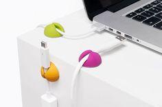 Praktisch en functioneel met een mooi design: de CableDrop van Bluelounge in multicolors. Nooit meer zoeken naar de oplaadkabel van een smartphone of tablet!