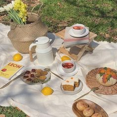 A bigger picnic with more foods- Em Summer Aesthetic, Aesthetic Food, Aesthetic Photo, Aesthetic Pictures, Aesthetic Drawings, Beige Aesthetic, Flower Aesthetic, Aesthetic Collage, Aesthetic Fashion