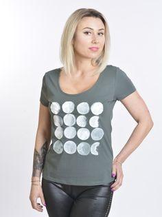 Tricoul Luna este pictat manual cu vopsea speciala pentru textile.  Material 95% bumbac, 5 % elastan.