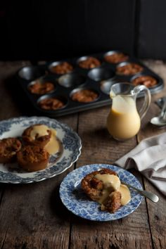 caramel bread puddings with white chocolate and marmalade Just Desserts, Delicious Desserts, Yummy Food, Fun Food, Caramel Bread Pudding, Dessert Bread, Pudding Recipes, Popcorn Recipes, Desert Recipes