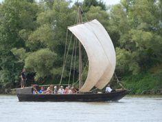 Embarquez à bord d'un bateau traditionnel de Loire, une toue, et découvrez la beauté des paysages ligériens. Terre et Loire vous accueille pour un moment des plus agréables en Loire Layon. Toute l'année sur réservation en fonction des conditions météo. #loirelayon #jaimelanjou #loirepower