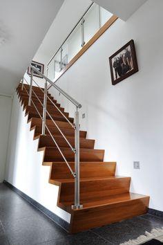 Z-trap gecombineerd met een rvs hekwerk in combinatie met een glazen balustrade.