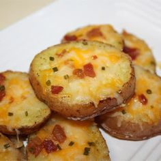Worlds Best Recipes: Cheesy Bacon Potato Rounds. These are simple to make but oh so delicious. If your looking for a really delicious potato recipe thats delicious and easy to make you need to click the photo for this wonderful recipe. Baked Potato Slices, Bacon Potato, Sliced Baked Potatoes, Potato Skins, Cheesy Potatoes, Mashed Potatoes, Oven Baked Potato, Leftover Baked Potatoes, Oven Potatoes