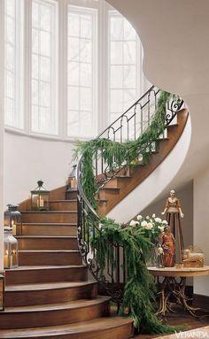 House; staircase; Christmas garland | Interior design -er: Pam Pierce