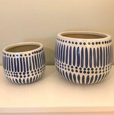 Painted Plant Pots, Painted Flower Pots, Pottery Painting Designs, Paint Designs, Des Fleurs Pour Algernon, Flower Pot Design, Diy Décoration, Ceramic Planters, Ceramic Flower Pots