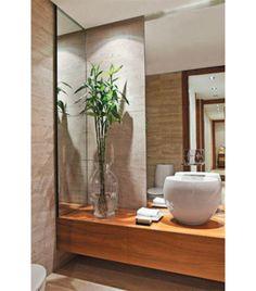 No ambiente de 3,30 m², o mármore travertino é o grande responsável por criar uma atmosfera elegante