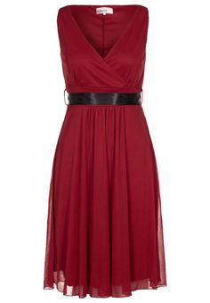 Dress suitable for both tenue de ville and black tie, by varying with accesories
