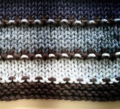I love the 3 row dotted stripe of this free pattern.