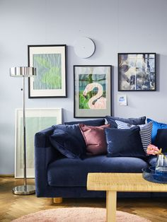 IKEA Deutschland | Das neue, blaue,samt Sofa aus unserer STOCKHOLM 2017 Kollektion lässt sich einfach super mit vielen tollen Accessoires dekorieren. #Wohnzimmer #Sofa #STOCKHOLM2017 #Samtsofa #Wohnzimmerinspiration #Wohnzimmerdekoration