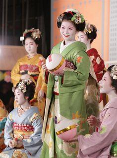 The Kimono Gallery Japanese Geisha, Japanese Beauty, Japanese Kimono, Kyoto, Kabuki Costume, Japanese Festival, Princess Movies, Geisha Art, Modern Pictures