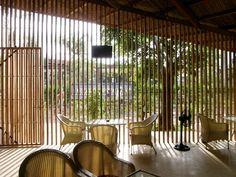 a21スタジオ《ラム・カフェ》 a21 studio, LAM café, 2011. Nha Trang, Vietnam ルーバーごしに外を見る
