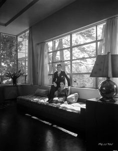 Dolores del Rio and her husband, MGM art director Cedric Gibbons in their Santa Monica home, May 28 1931 Art Nouveau, Moda Art Deco, Grande Hotel, Mexican Actress, Art Deco Stil, Streamline Moderne, Art Deco Design, Old Hollywood, Classic Hollywood