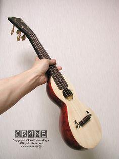 Concept-3 (C) Makoto Tsuruta  ・全長:約573mm ・弦長:347mm ・総重量:238g (ペグ・ブリッジ・ピン・弦含む) ・糸巻:木ペグ(ボックスウッド:CRANEオリジナルモデル) ・使用弦:ナイロンとカーボン、そしてギター用の巻弦などを混在 ・表面板:ジャーマンスプルース(1983年採取) ・ボディ:とある農家に干してあったヒョウタン ・ヘッドプレート:黒檀 ・ネック/ヘッド:バスウッド(黒染め) ・ネックジョイント:12フレット位置 ・フレット:全17本 ニッケル合金T型(細身) ・指板:ローズウッド・ポジション・マーク付 ・ブリッジ:黒檀(黒檀マウスターシェ) ・サドル:スネイクウッド ・ナット:スネイクウッド ・塗装:オイル仕上げ ・ヒールカバー:パーチメント