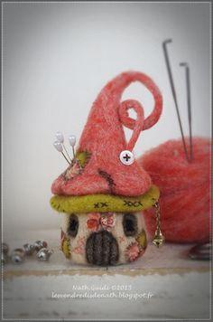 Une cabane de lutin en laine feutrée, travaillée comme un champignon, qui pourra vous servir de pique-aiguilles pour décorer votre coin couture