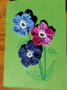 Eine Grußkarte mit gehäkelten Blüten