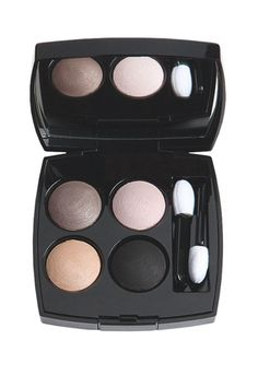 consejos y productos de maquillaje para pelirrojas: Paleta de sombras en tonos terracota, nude, rosa empolvado y negro, de Chanel (51,30 €).