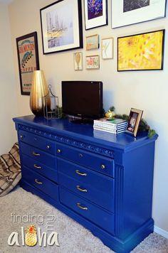 Laca azul em uma cômoda.