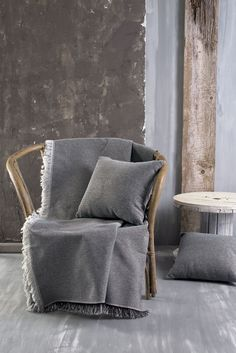 Ριχτάρι για καναπέ σε σκούρο γκρι χρώμα και κρόσια στο τελείωμα. Το ύφασμα είναι από 100% βαμβάκι που κάνει το ριχτάρι ιδανικό για όλους τους μήνες του χρόνου. Ταιριάξτε το με τις υπόλοιπες διαστάσεις του ίδιου σχεδίου για ένα ολοκληρωμένο αποτέλεσμα. Throw Pillows, Bed, Home, Toss Pillows, Cushions, Stream Bed, Ad Home, Decorative Pillows, Homes