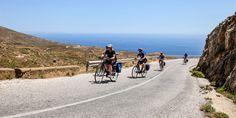 Die #Radgruppe kämpft sich einen #Berg in #Seriphos hinaus © Jürgen Garneyr Mykonos, Berg, Country Roads, Santorini, Greek, Greece, Adventure, Vacation, Nature