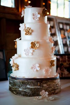 rustic wedding cake...  For Leigh!!  Would look great with Orange an dBlue flowers on this log!!!!