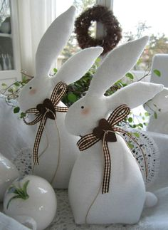 Make the best use of your creativity with these brilliant craft projects. They are easy and fun to do. Immediately try this Easy DIY Holiday Crafts! Bunny Crafts, Felt Crafts, Easter Crafts, Fabric Crafts, Diy And Crafts, Easter Decor, Happy Easter, Easter Bunny, Easter Eggs