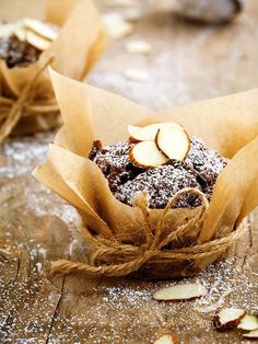 I Muffins al cioccolato fondente e mandorle, anche nella versione per celiaci, sono davvero irresistibili. Questi dolcetti conquistano grandi e piccini! #muffinalcioccolato